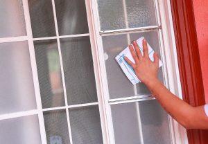 Enlever les traces de colle sur une vitre avec de l'acétone