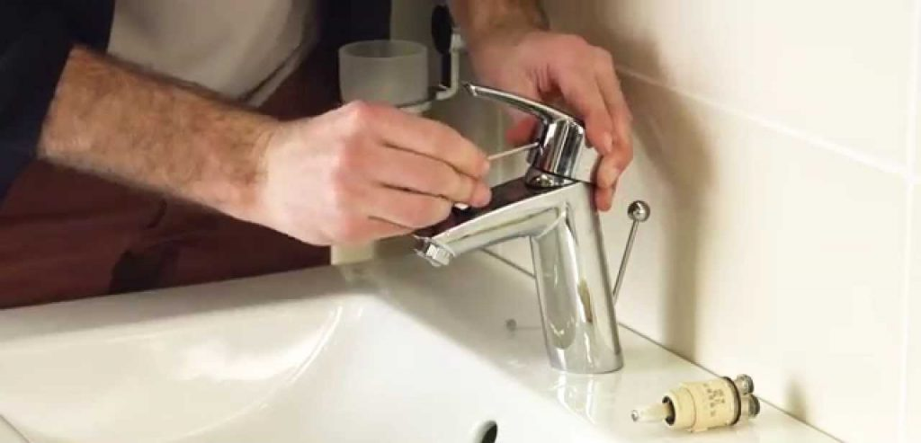 Comment remplacer un robinet de salle de bain?