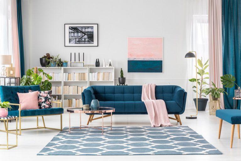 Salon moderne avec des meubles inspirés du milieu du siècle
