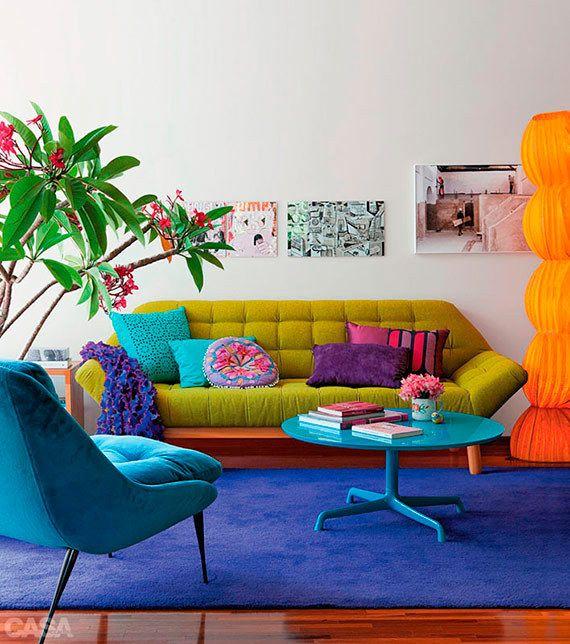 Salon moderne débordant de couleurs