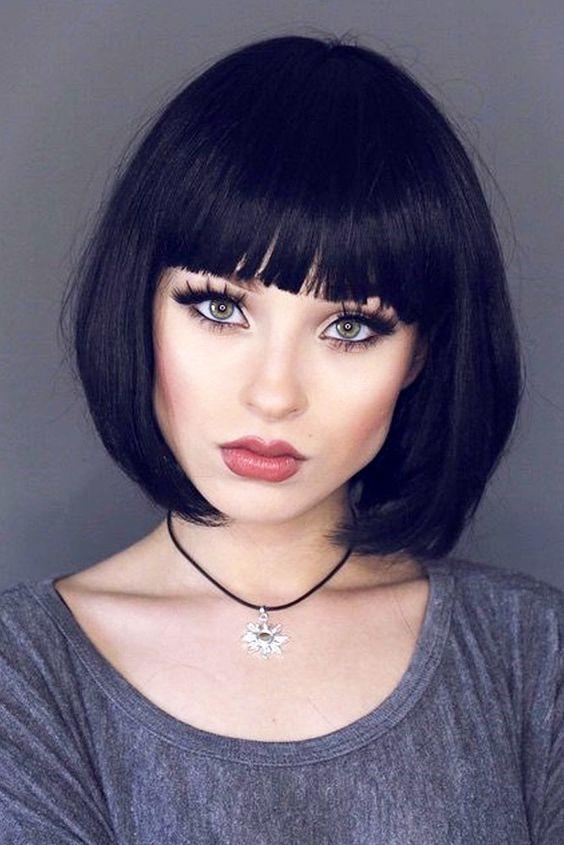 cheveux courts avec une frange