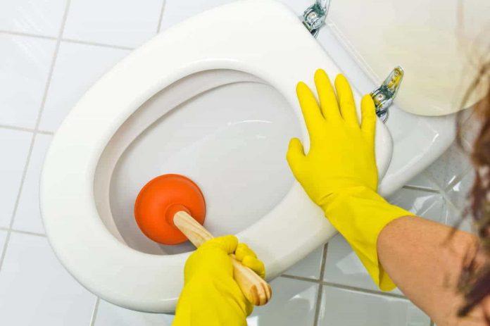 Comment déboucher une toilette et tirer à nouveau la chasse d'eau